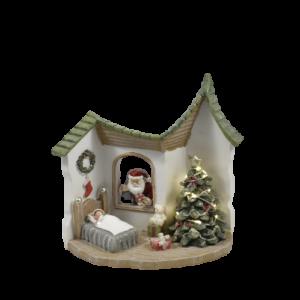 Casa con babbo natale e albero luminoso